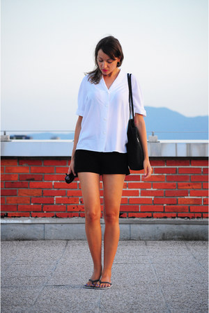 black no name bag - white vintage shirt - black H&M shorts - black nike sandals