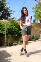 white thrifted dodgers yay go LA t-shirt - yellow Nine West shoes