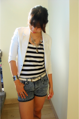 Mums blazer - mums top - Gaudi shorts - Bamboo blonde necklace