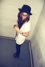 Black-urban-outfitters-hat-white-hellz-bellz-t-shirt