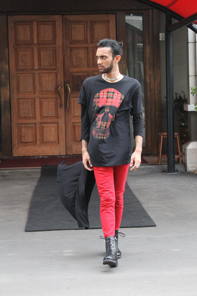 black leather H&M boots - red denim Zara jeans - black Zara t-shirt