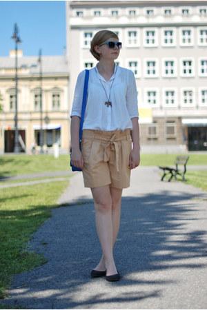 blue New Yorker bag - white Zara shirt - nude Mango shorts