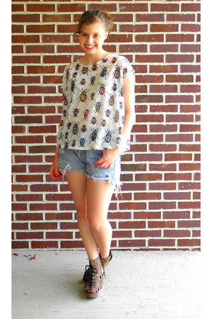 white bug print Zara t-shirt - sky blue cutoffs Levis shorts