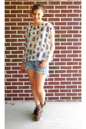 white bug print Zara t-shirt - sky blue cutoffs Levis shorts