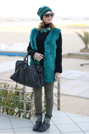 green furry jacket chicnova jacket - black striped beanie Jucca hat