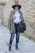 black no brand bag - beige faux fur Zara coat - blue Noisy May jeans