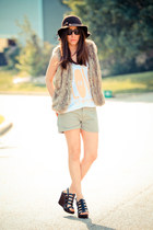 vintage hat - Gap shorts - Matiko wedges - Malibu Native t-shirt - faux fur Fore