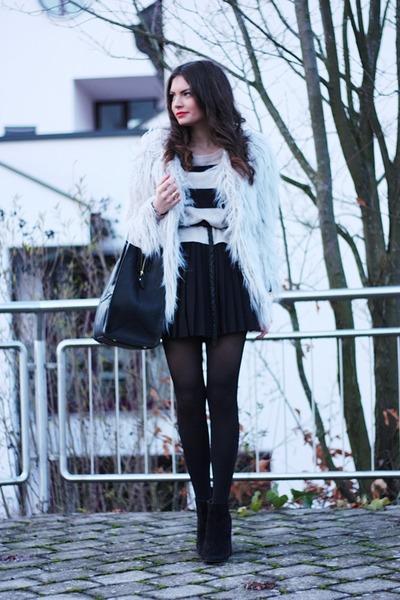 periwinkle lookbookstore coat - black VJ-style bag