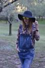 Blue-pull-bear-jeans-black-blanco-hat-crimson-blanco-shirt