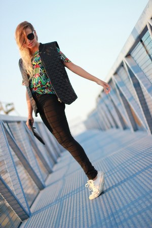 black asos sunglasses - green OASAP t-shirt - black Converse sneakers