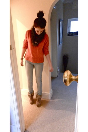 fur wedge Ebay boots - acid-wash Primark jeans - fur stole DIY scarf