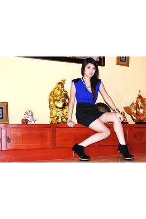 black Trunk Show skirt - blue Pink Manila top - black twinky shoes