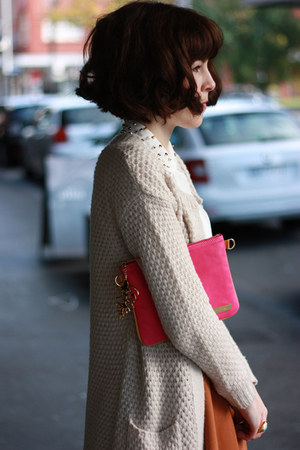 hot pink amy Jacki Anderson bag - off white Forever New coat