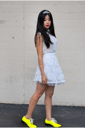 white lace Boohoo skirt - white sleeveless lace growze blouse