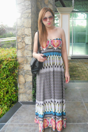 maxi dress - black bag - rayban sunglasses