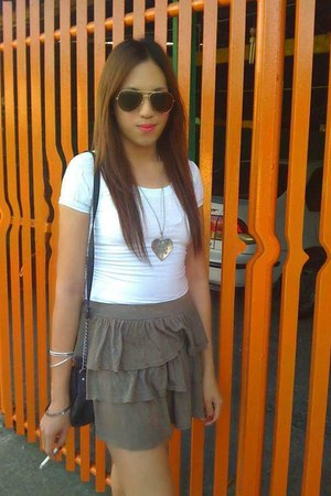 pleated mini skirt - ray ban sunglasses - white top blouse