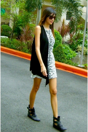 Dorothy Perkins dress - Mphosis vest - cotton on boots - Greenhills accessories 