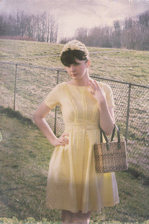 ruffle-front vintage dress - daisy vintage hat - basket-weave  vintage bag