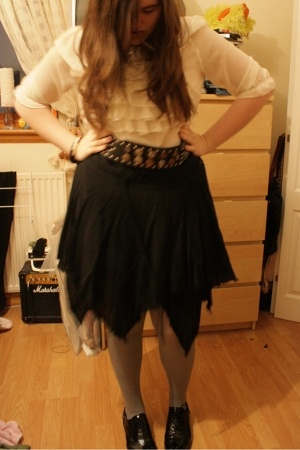 Primark blouse - vintage belt - Matalan skirt - H&M tights - Deichmann shoes - W