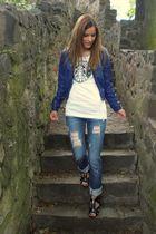 white Starbucks t-shirt - blue jeans - blue jacket - black shoes