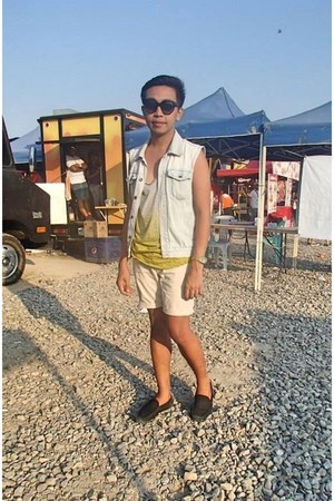 dark gray shoes - light yellow shirt - shorts - light blue Forever 21 vest