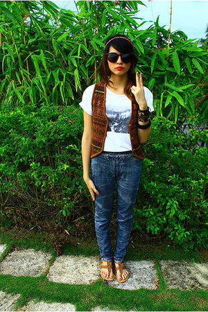 vest - t-shirt - jeans - shoes