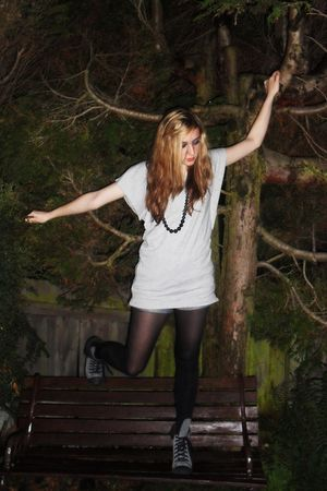 black tights - gray t-shirt - gray boots - gray accessories - black accessories