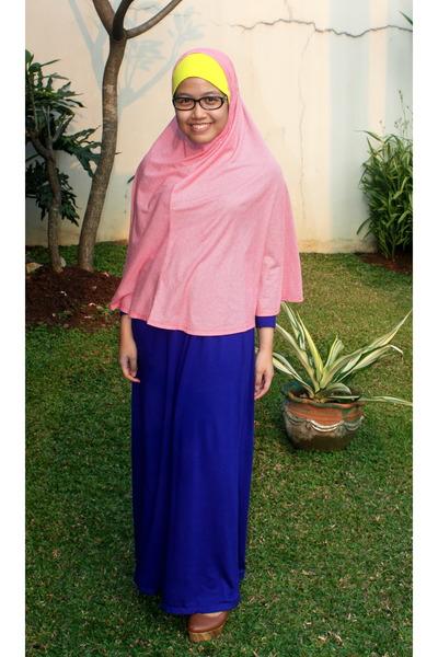 blue maxi dress dress - red hijab scarf - yellow hijab scarf - tawny wedges