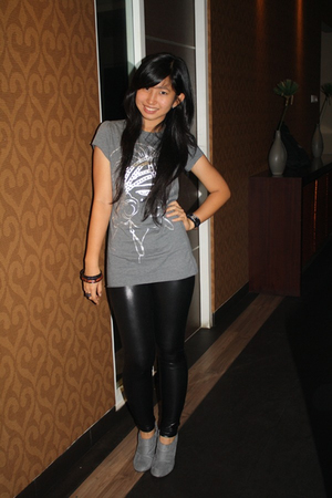 leggings - t-shirt - boots - accessories