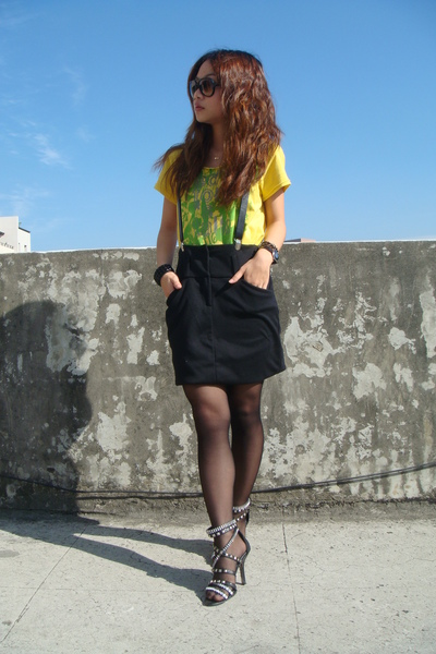 gold t-shirt - black skirt