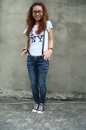 white t-shirt - blue jeans - black Converse shoes - black