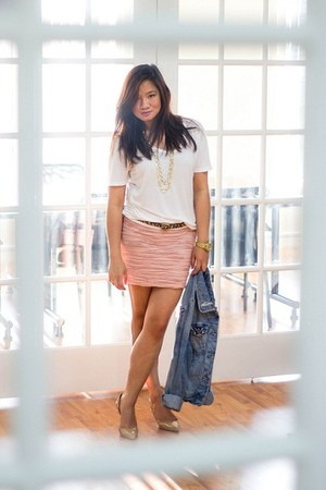 white boyfriend Mossimo t-shirt - light pink ruched mini Wetseal skirt