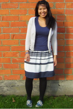 blue t-shirt - beige cardigan - navy skirt