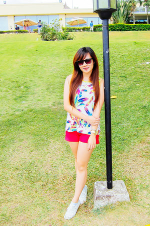 yellow neon print Bayo top - hot pink basic apartment 8 shorts