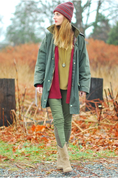 green skinny Paige Denim jeans - brick red knit beanie Old Navy hat