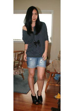 gray H&M top - blue H&M shorts - black roberto vianni boots - black Zara accesso