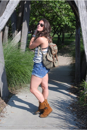 tawny Minnetonka boots - olive green bag - blue Levis shorts - black polarized R