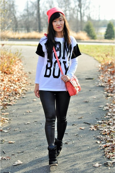 white contrast tomboy Forever 21 t-shirt - black shiny H&M leggings