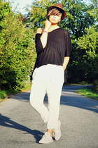 black acne t-shirt - brown vintage hat - white H&M pants