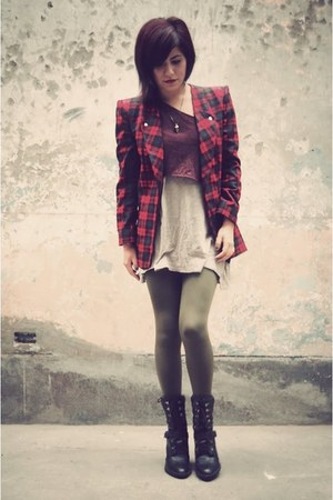 tan TAUPE SHIRT t-shirt - black AXXS LEATHER boots - ruby red AUTFIT blazer