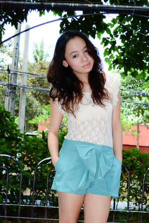 turquoise blue bow Bazaar shorts - off white WAGW top - brown vnc heels
