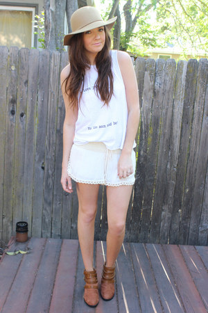 white brandy melville top - tan floppy hat windsor hat