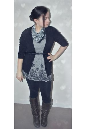 gray H&M top - black H&M belt - black papaya leggings - vintage from Ebay scarf