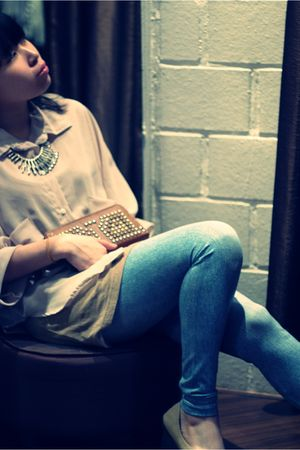beige blouse - blue Uniqlo leggings - brown wallet - beige shoes - silver access