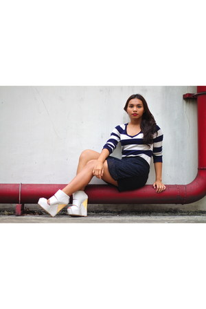 white leatherette feet for a queen wedges - navy striped Zara sweater