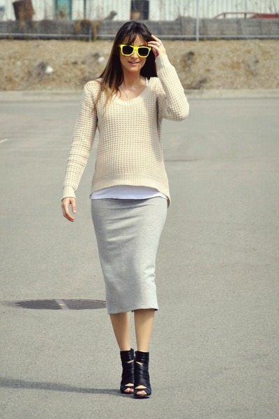 http://images1.chictopia.com/photos/lanton/7347160033/heather-gray-pencil-skirt-my-own-design-skirt_400.jpg