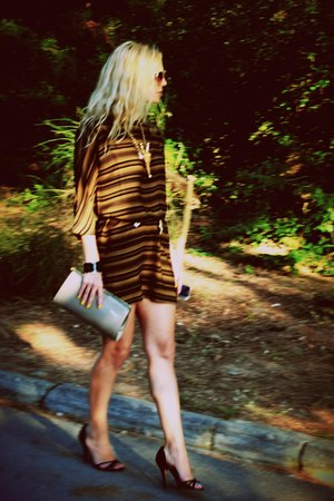 camel purse - tawny dress - black sandals