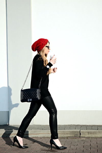 black H&M sweater - ruby red chunky beanie second hand hat