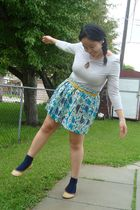 gray joe fresh style top - green Kismet skirt - blue socks - yellow shoebox shoe
