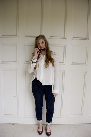 ivory chiffon unknown t-shirt - navy printed pants Loft pants